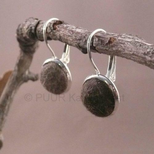 Zilvermetalen oorbellen ingelegd wol